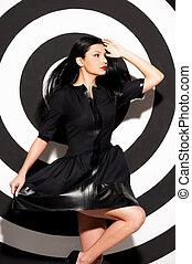 bonito, dress., alvo, beleza, jovem, contra, mulher, experiência preta, posar, vestido, vista lateral