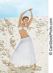 bonito, duna, areia, posar, menina, saia, branca
