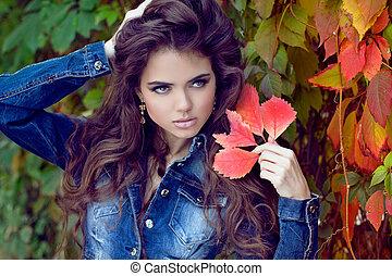 bonito, elegante, mulher, posar, em, parque, outono, retrato