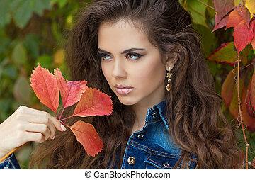 bonito, elegante, mulher, posar, parque, outono, retrato