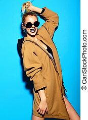 bonito, engraçado, look.glamor, moda, loura, verão, azul, jovem, alto, pano, luminoso, mulher, hipster, fundo, elegante, excitado, modelo