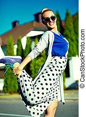 bonito, engraçado, mulher, verão, jovem, rua, hipster, loura, excitado, elegante, sorrindo, modelo, roupas