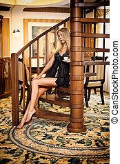 bonito, escadaria, sentando, madeira, espiral, camisola, menina preta