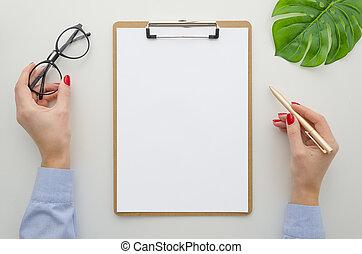 bonito, escritório, clipboard., desk., template., tamanho, azul, documentos, camisa, dela, topo, segura, jovem, caneta, vermelho, apartamento, mulher, mínimo, configuração, manicure, mãos, enche, cima, escarneça, vista, a4