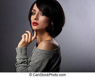 bonito, escuro, mulher, batom, dela, maquilagem, cabelo curto, experiência., tocar, closeup, excitado, sombra, vermelho, estilo