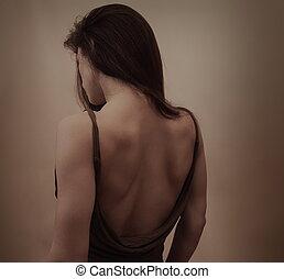 bonito, escuro, mulher, pelado, posar, fundo, vestido