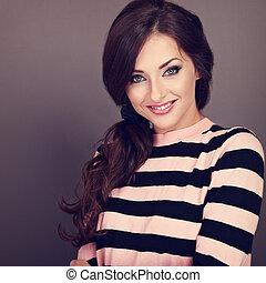bonito, estilo cabelo, mulher, cacheados, toned, cinzento, longo, olhar, experiência., closeup, sorrizo, retrato, casual, feliz