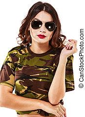 bonito, estilo, mulher, camisa, camuflagem, calças brim, conceito