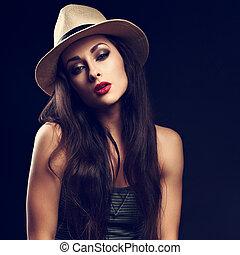 bonito, excitado, femininas, modelo, com, cabelo marrom longo, posar, em, boiadeiro, chapéu verão, moda, topo, ligado, escuro, experiência., toned, retrato