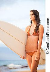 bonito, excitado, jovem, surfista, menina, em, biquíni, praia, em, pôr do sol