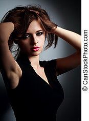 bonito, excitado, maquilagem, mulher jovem, segurando, cabelo, a, mão, e, olhar, quentes, com, epilation, sovacos