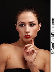 bonito, excitado, maquilagem, mulher olha, com, batom vermelho, ligado, pretas
