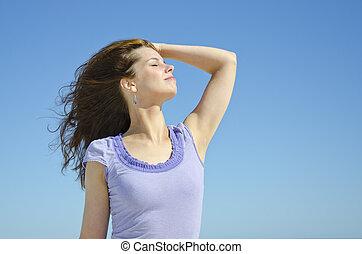 bonito, excitado, menina, desfrutando, a, sol