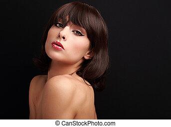 bonito, excitado, mulher, com, cabelo marrom curto, olhar, pretas