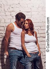 bonito, excitado, par, olhar, cada, outro., desgastar, camisetas brancas, e, calças brim