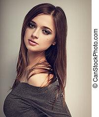 bonito, expressão, mulher, com, luminoso, maquilagem, olhar, pacata, com, longo, liso, cabelo, em, cinzento, blouse., toned, vindima, closeup, retrato
