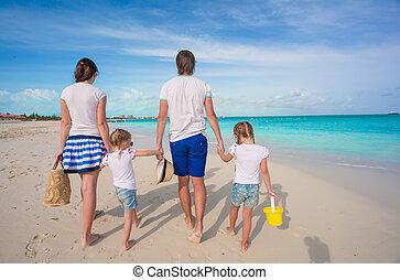 bonito, família, costas, jovem, praia tropical, vista