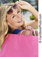 bonito, feliz, loura, mulher, com, bolsas para compras
