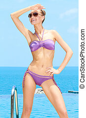 bonito, femininas, com, óculos de sol, ligado, em, a, piscina