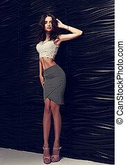 bonito, femininas, modelo, posar, em, topo branco, moda, saia, e, calcanhares altos, perto, pretas, stilish, wall., toned, vertical, retrato