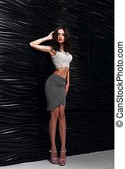 bonito, femininas, modelo, posar, em, topo branco, moda, saia, e, calcanhares altos, perto, pretas, stilish, parede