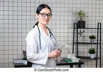 bonito, femininas, trabalhador healthcare, usando, tabuleta, computador, em, hospitalar