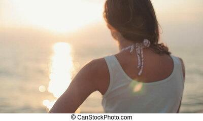 bonito, ficar, costas, câmera, pôr do sol, mar, sorrizo, ...