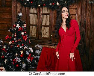 bonito, ficar, mulher, árvore, frente, excitado, vestido, natal, vermelho