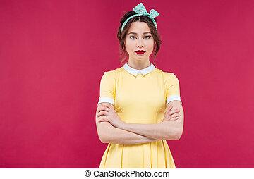 bonito, ficar, mulher, braços, amarela, cruzado, sério, vestido
