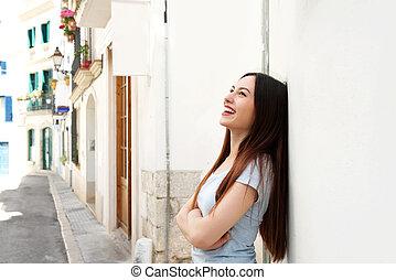 bonito, ficar, mulher, braços, rua, cruzado, rir, lado