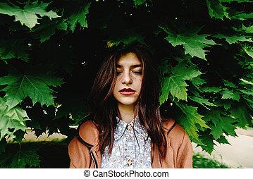 bonito, ficar, mulher, cidade, coroa, conceito, parque, árvore, ensolarado, espantoso, ecologia, morena, sob, verde, springtime