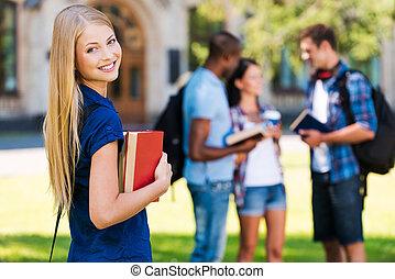bonito, ficar, mulher, conversando, dela, meu, universidade, fundo, jovem, enquanto, livros, segurando, predios, sorrindo, futuro, amigos, hands.