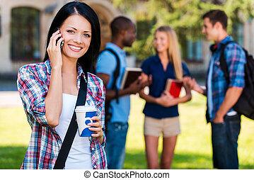 bonito, ficar, mulher, conversando, dela, telefone, estudante, universidade, jovem, contra, enquanto, falando, predios, móvel, fundo, life., sorrindo, desfrutando, amigos
