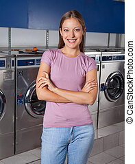 bonito, ficar, mulher, lavanderia, braços cruzaram