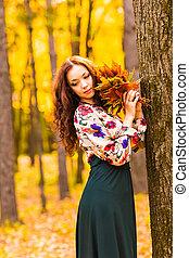 bonito, ficar, mulher, parque, outono, elegante