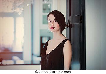bonito, ficar, mulher, porta, sala, luz, jovem, luxo