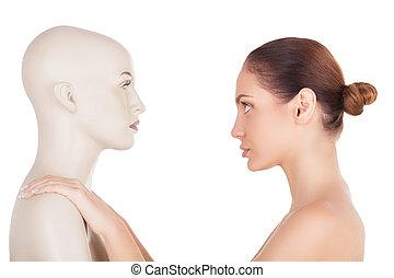 bonito, ficar, mulher, real, isolado, shirtless, aquilo, olhando jovem, frente, enquanto, mannequin, fundo, artificial?, branca, vista, ou, lado