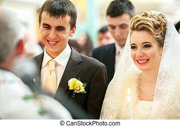 bonito, ficar, padre, newlyweds, cerimônia, sorrizo, durante, antes de
