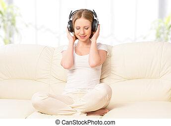 bonito, fones, sofá, música, lar, menina, desfrutando