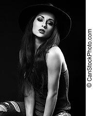 bonito, fresco, femininas, modelo, com, cabelo marrom longo, e, luminoso, maquilagem, posar, em, moda, topo, e, jeans rasgados, ligado, escuro, experiência., preto branco, retrato