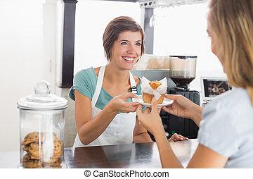 bonito, garçonete, servindo, muffin, para, cliente
