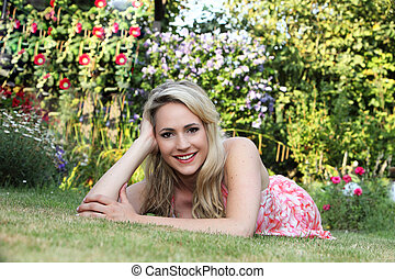 bonito, gramado, mulher relaxando