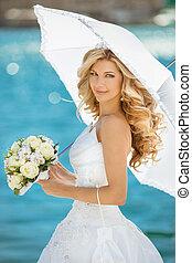 bonito, guarda-chuva, menina, buquet, ao ar livre, flores, noiva, retrato casamento, vestido branco, sorrindo