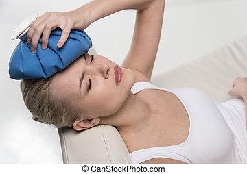 bonito, headache., mulher, cima, saco gelo, segurando íntimo...