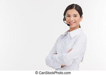 bonito, headset, representative., dela, segurando, serviço, jovem, isolado, olhar, confiante, enquanto, câmera, braços cruzados, femininas, branca, cliente, representante