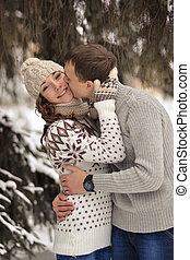 bonito, homem, beijo, ligado, a, testa, dela, amado, bonito, menina, com, suéter, mittens, e, cabana, inverno, floresta, amor, em, congelado