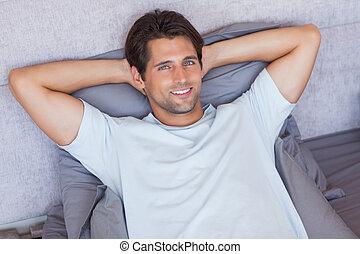 bonito, homem deita, em, seu, cama