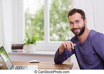 bonito, homem enfrentado, em, um, escritório lar
