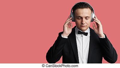 bonito, homem, escutar música, na moda
