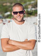 bonito, homem jovem, óculos sol cansativo